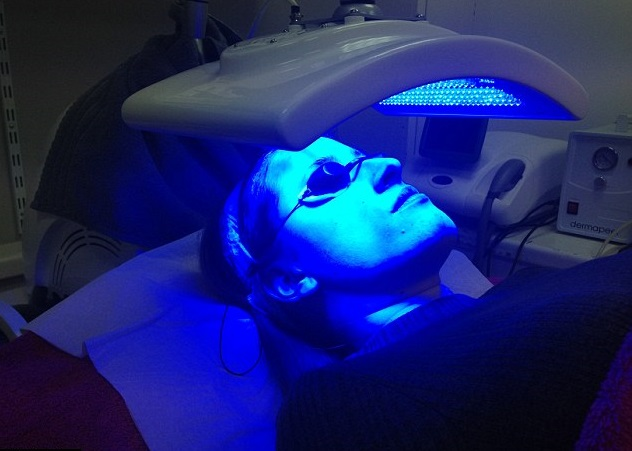 woman receiving blue light therapy